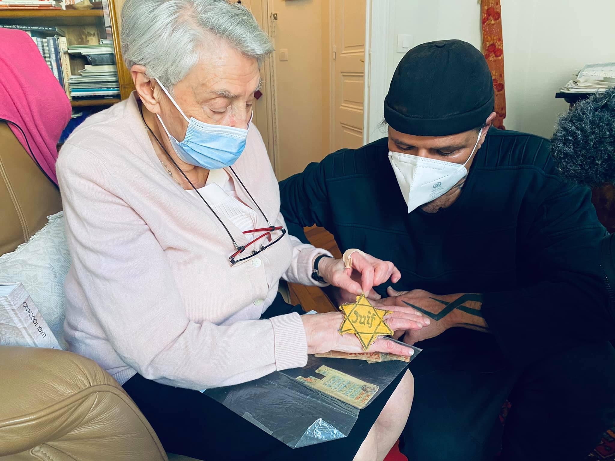 Bewegend: Eine Überlebende Französin zeigt Luigi ihren Judenstern
