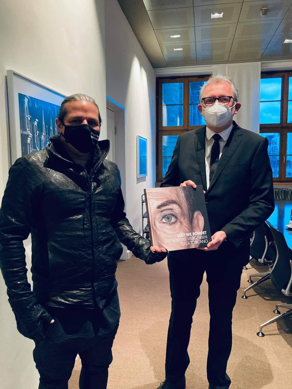 Luigi vor seiner Abreise nach Paris mit OB Dr. Peter Kurz