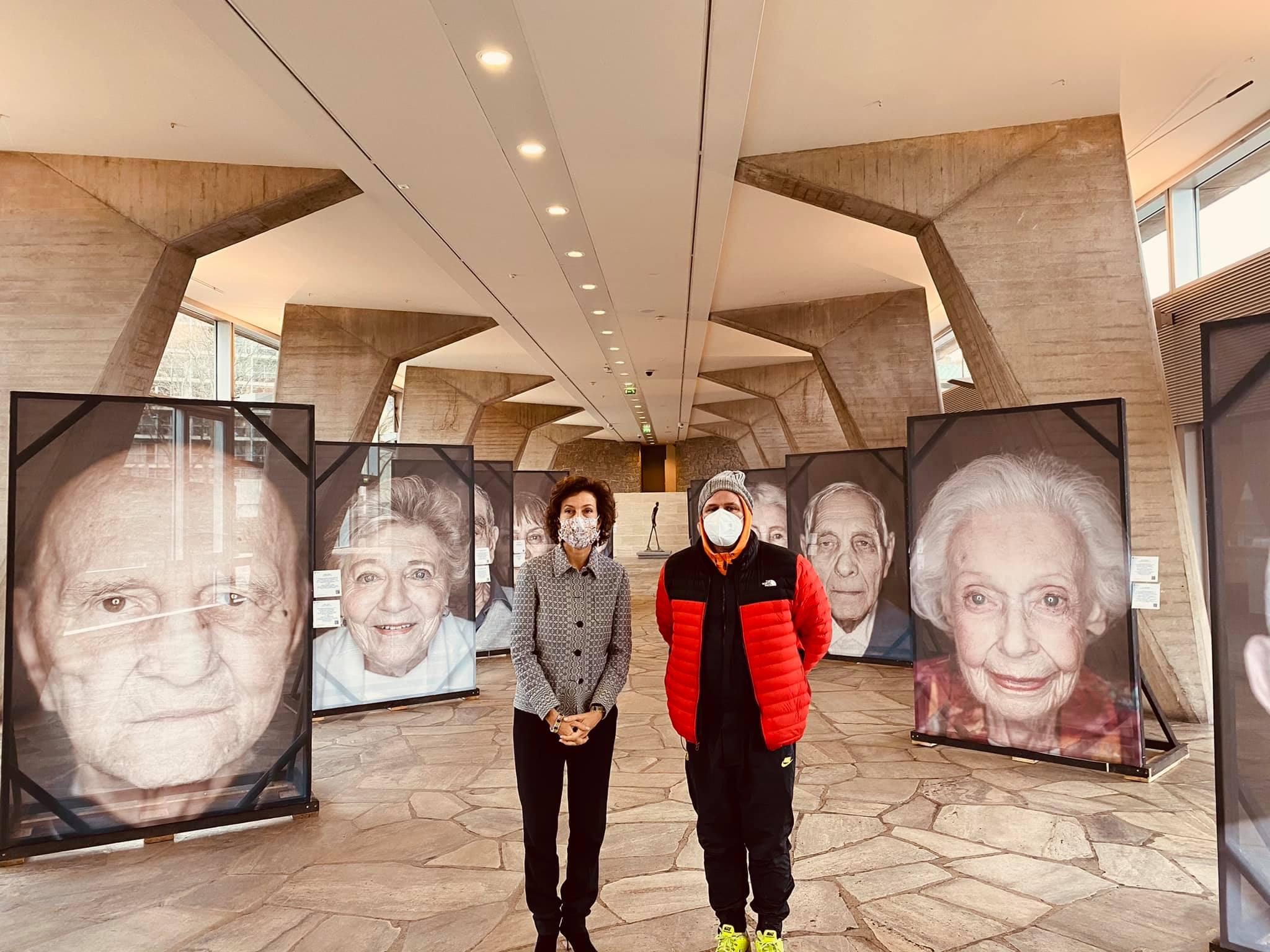 Für Luigi ein bewegender Moment: UNESCO-Generaldirektorin Audrey Azoulay besucht seine Ausstellung in Paris.  (Foto: Luigi Toscano Insatgram)