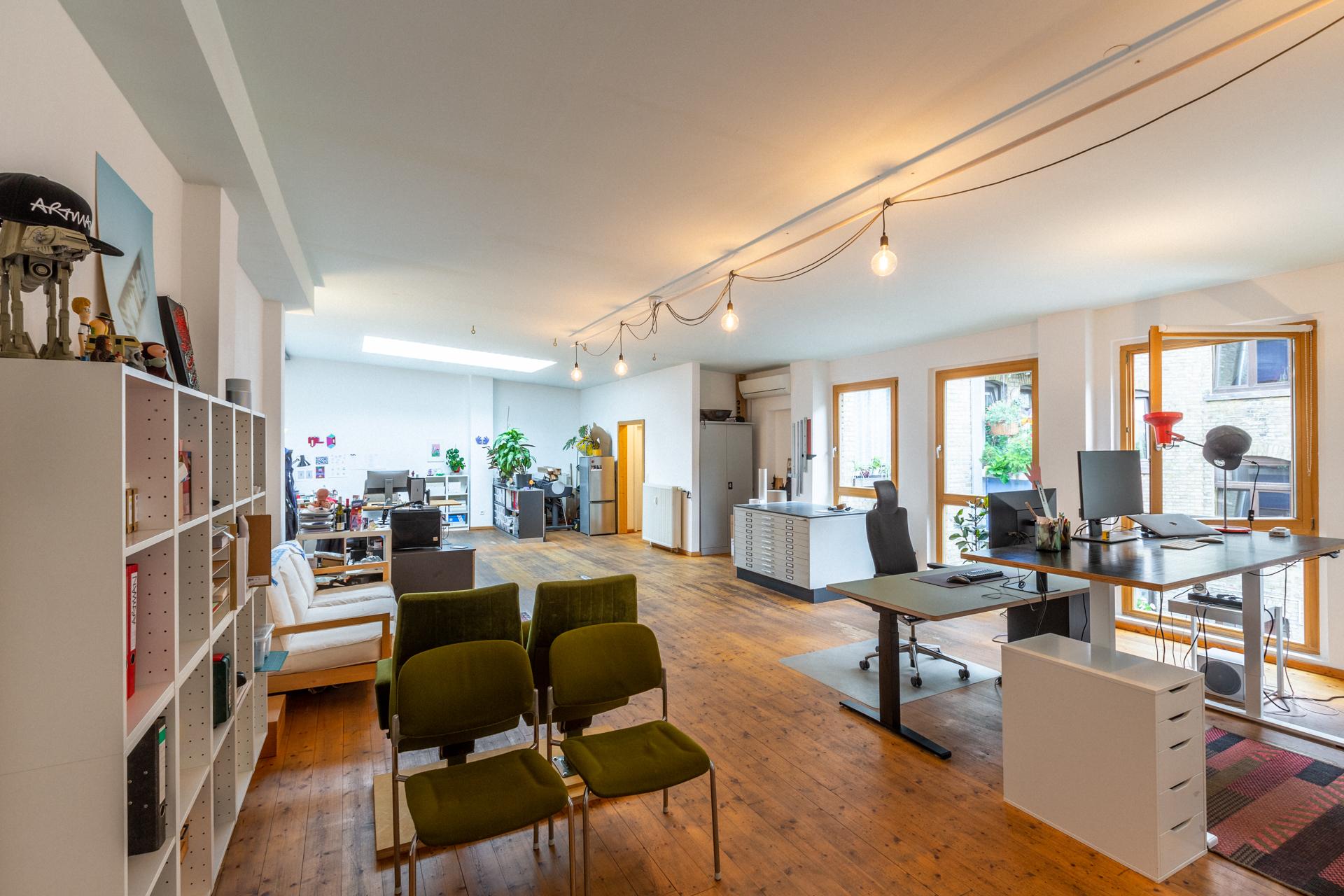 Das helle Hinterhaus-Loft in der Eichendorfstraße – eine helle Freude, hier zu Arbeiten. Und ein Schreibtisch ist zur Zeit noch frei ... Foto: Alexander Münch